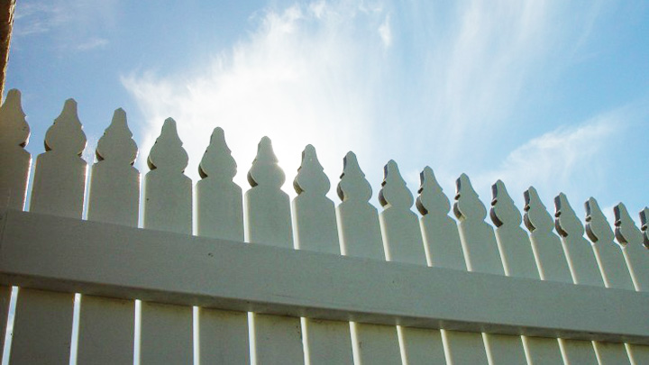 sunlight-over-picket-fence_w725_h544