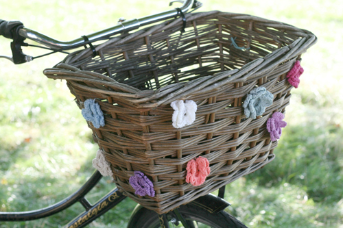 diy-bicycle-basket-crochet-flowers