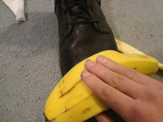 polish shoe using banana