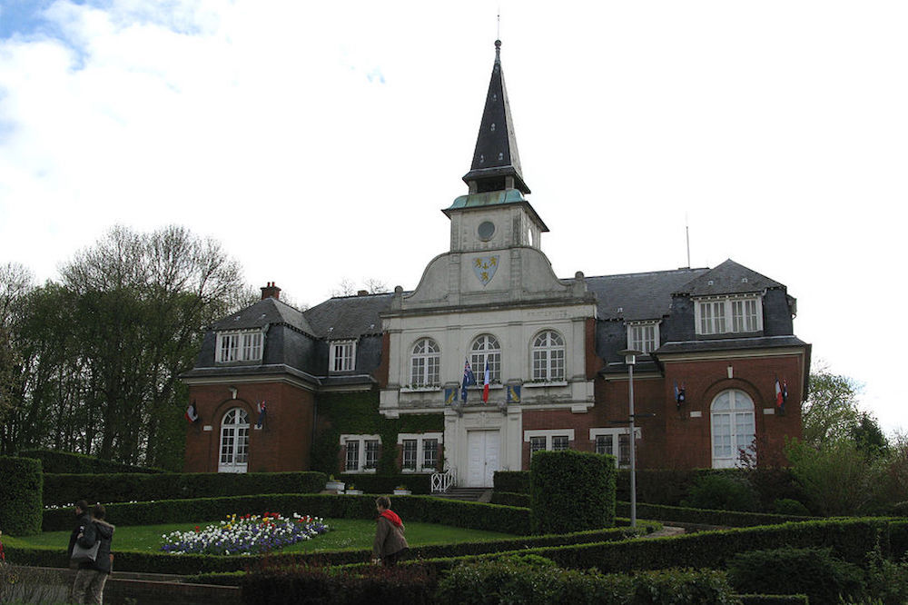 The town hall in Villers-Bretonneux has an Australian flag hanging next to the French flag outside. Photo: By Markus3 (Marc ROUSSEL) [CC BY-SA 3.0 (http://creativecommons.org/licenses/by-sa/3.0)], via Wikimedia Commons