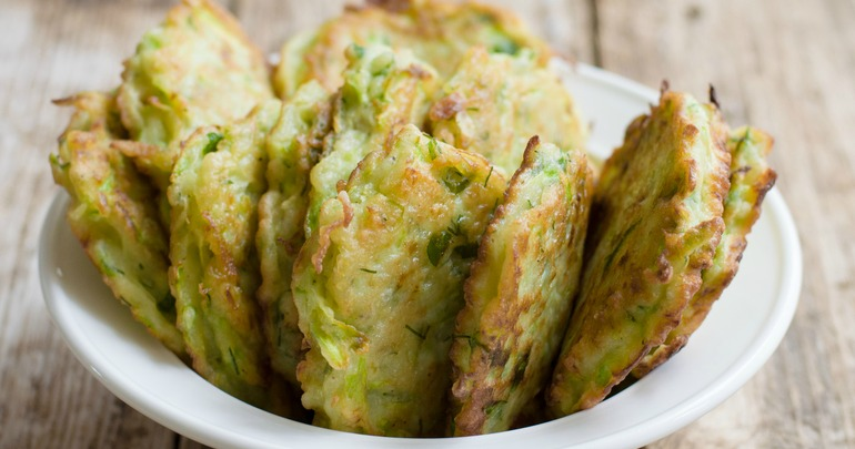 Oven-baked zucchini and feta fritters with garlic-yoghurt ...