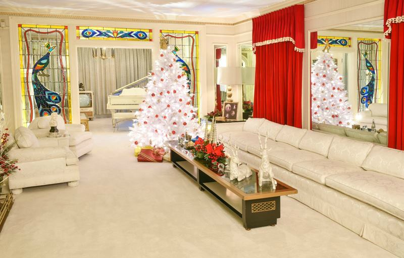 One of the lounge rooms at Graceland decorated for Christmas. Source: Facebook/Elvis Presley's Graceland